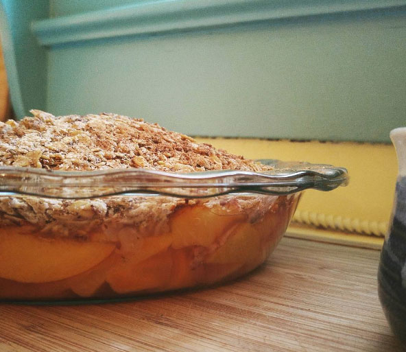 Peach crisp with gluten free oats by nykyinen